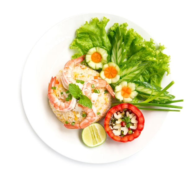 Gebakken rijst met garnalen versieren met gesneden groenten