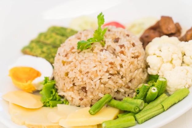Gebakken rijst met garnalenpasta saus
