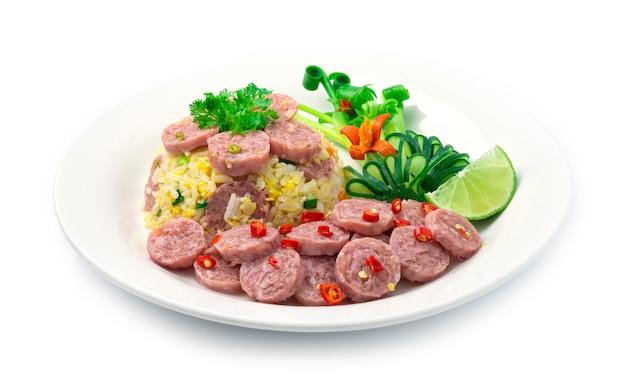 Gebakken rijst met gefermenteerde varkenssaus, ei
