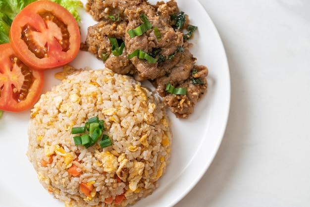 Gebakken rijst met gegrild varkensvlees - aziatische eetstijl