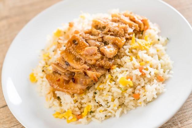 Gebakken rijst met gegrilde kip en teriyakisaus