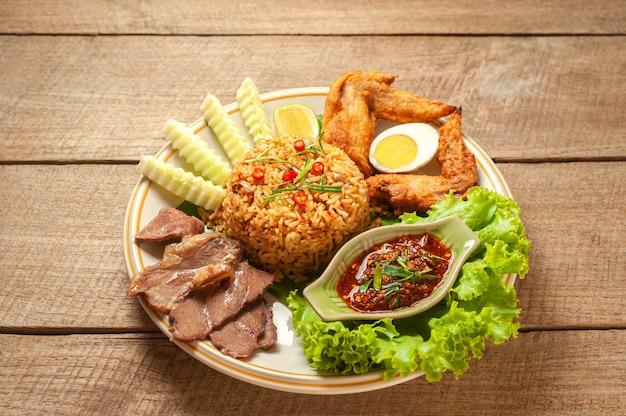 Gebakken rijst met gestoofd rundvlees en laos van chilipasta