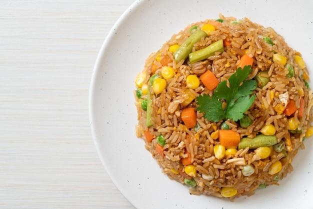 Gebakken rijst met groene erwten, wortel en maïs - vegetarische en gezonde voedingsstijl