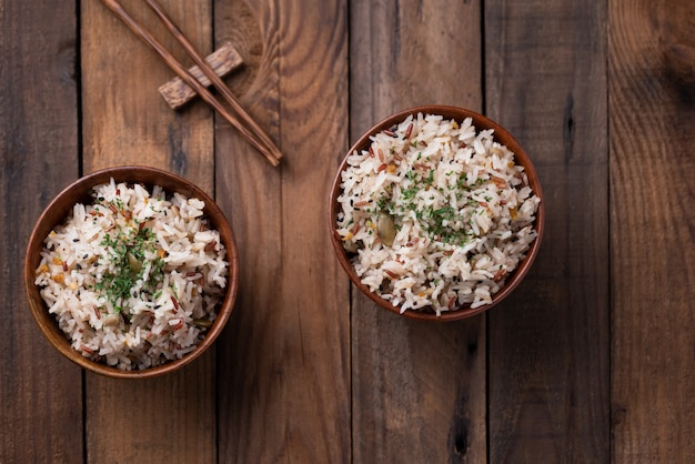 Gebakken rijst met groente en granen