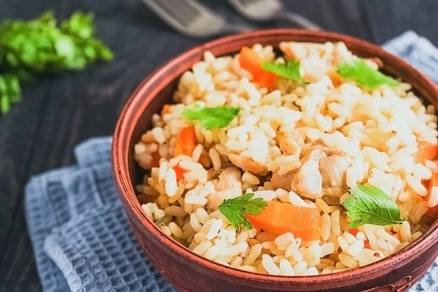 Gebakken rijst met groenten en vlees