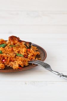 Gebakken rijst met kip in een bord