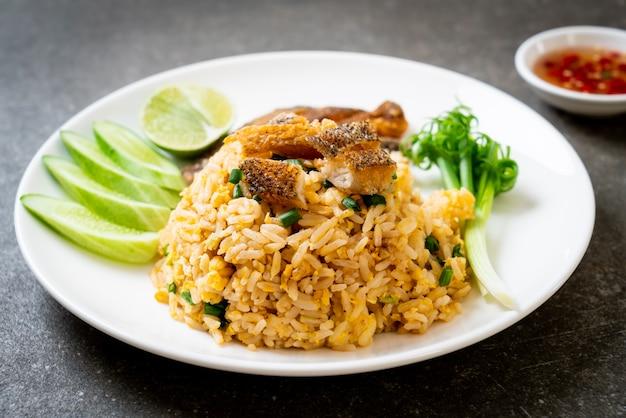 Gebakken rijst met knapperige gourami-vis