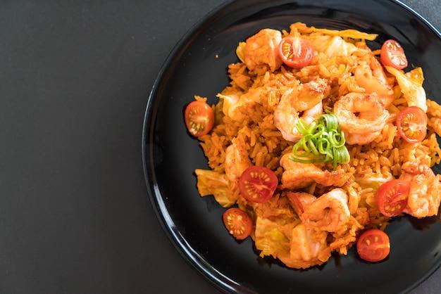 Gebakken rijst met korea-pikante saus en garnalen