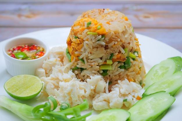 Gebakken rijst met krab en groenten