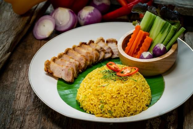 Gebakken rijst met krokant varkensvlees