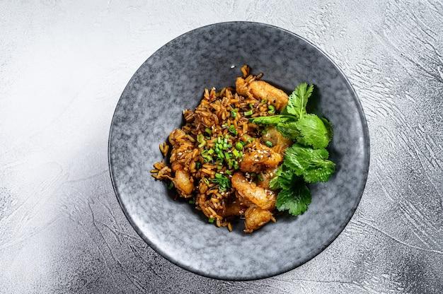 Gebakken rijst met pikante saus en garnalen, garnalen