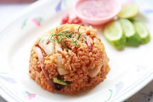 Gebakken rijst met pittige zeevruchten en chili, favoriet thais menu in restaurant, goed aziatisch straatvoedsel?