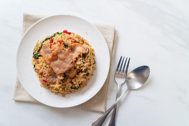 Gebakken rijst met thaise basilicum en varkensvlees - thais eten