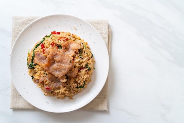 Gebakken rijst met thaise basilicum en varkensvlees