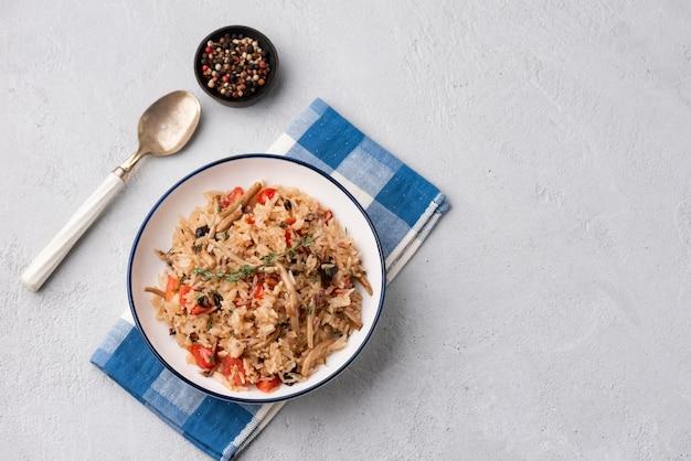 Gebakken rijst met tomaat en champignon