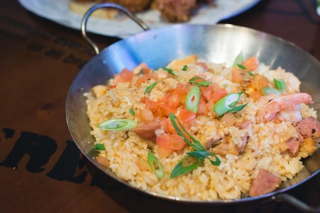Gebakken rijst met tomaat, garnalen en lente-uitjes