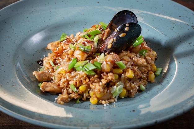 Gebakken rijst met zeevruchten garnalen inktvis en ei