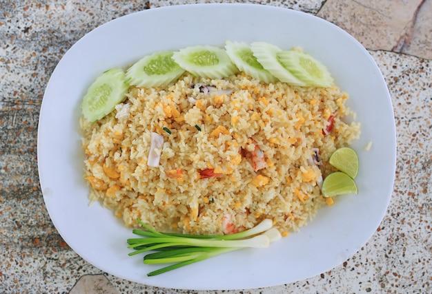 Gebakken rijst met zeevruchten. thailand heerlijk populair eten.