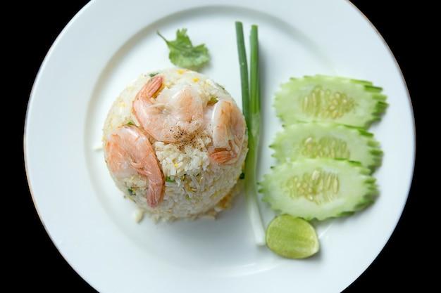 Gebakken rijst thaise stijl met groente, ui, komkommer, koriander.