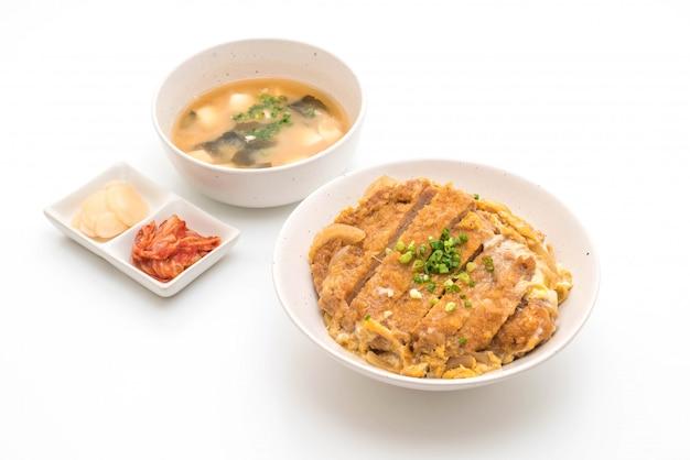 Gebakken rijstkotelet met varkenskotelet (katsudon)