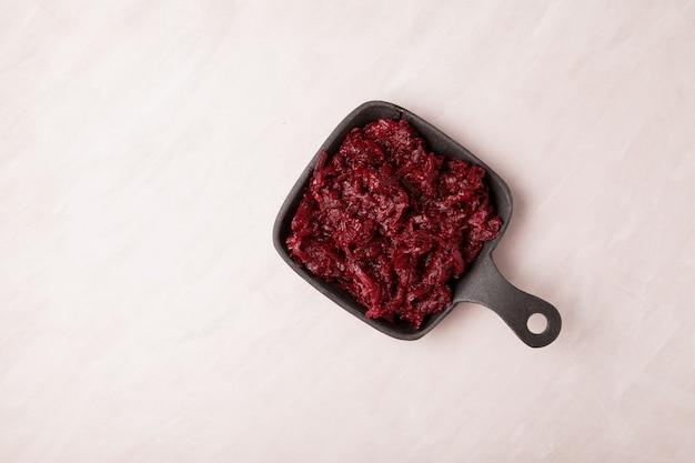 Gebakken rode biet in een metalen pan, bovenaanzicht. ingrediënt voor borsjt of vegetarische salade. plaats voor tekst.