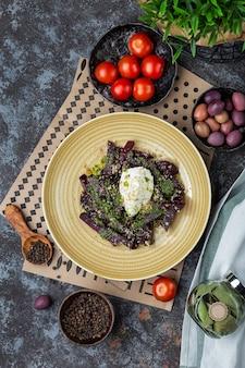 Gebakken rode bietensalade met kaascrème en pestosaus