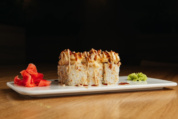 Gebakken rol met garnalen en masago-kaviaarmuts. traditionele sushirestaurantschotel, menu-item