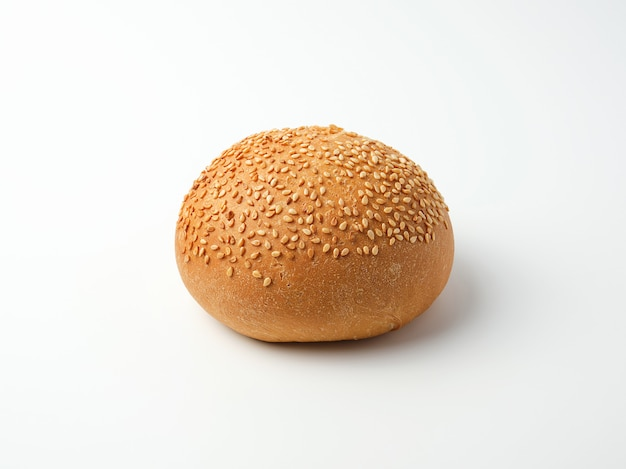Gebakken rond broodje met sesamzaadjes gemaakt van wit tarwebloem