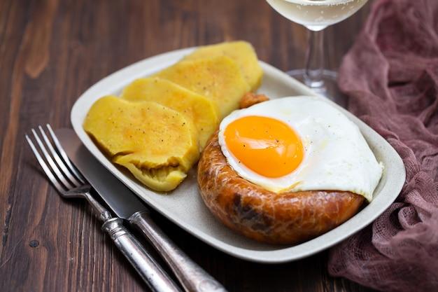 Gebakken rookworst alheira met gebakken ei en zoete aardappel