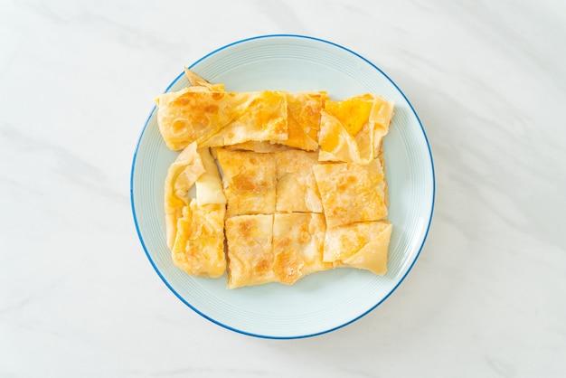 Gebakken roti met ei en gezoete gecondenseerde melk