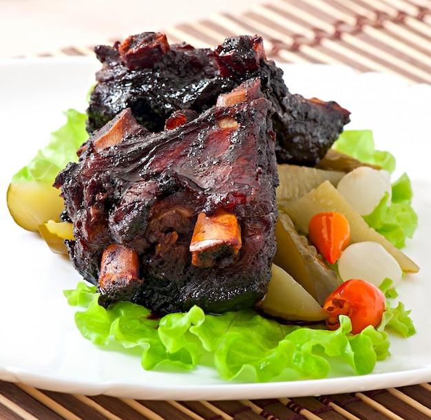 Gebakken rundvleesribben in honingsojemarinade met groenten in het zuur