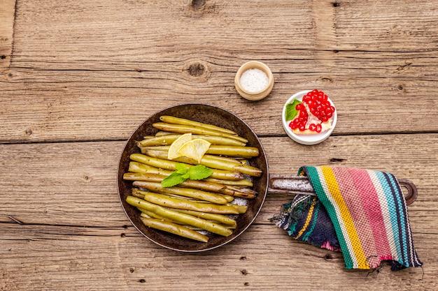 Gebakken slaboon in pan met sesamzaadjes, munt en citroen. gezond veganistisch (vegetarisch) voedselconcept