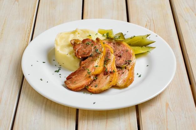 Gebakken spek met aardappelpuree en augurk komkommer