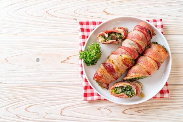 Gebakken spekbroodje gevulde spinazie en kaas
