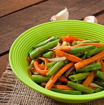 Gebakken sperziebonen met wortelen, ui en knoflook