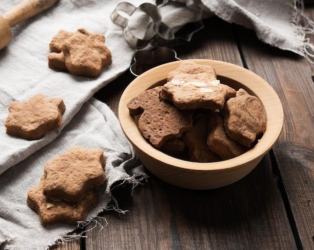 Gebakken stervormige peperkoekkoekjes op een houten tafel, kerst gebakken goederen