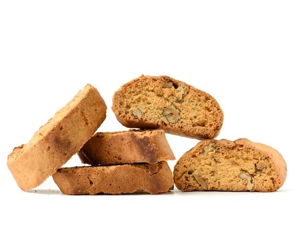 Gebakken stuk italiaanse amandelbiscotti, cantuccinikoekjes, traditionele italiaanse kerstmis, droge koekjes van het nieuwjaar. bakken geïsoleerd op een witte achtergrond