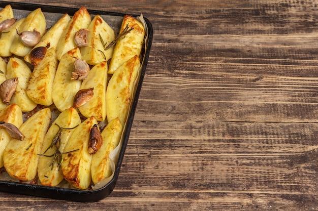 Gebakken stukjes gekruide aardappel in een bakvorm