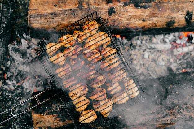 Gebakken stukjes kip gekookt op bbq.