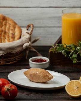 Gebakken taart met vers vlees en sinaasappel