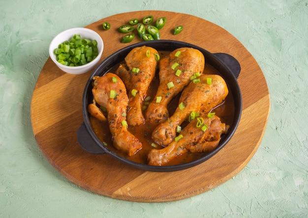 Gebakken tandoori kip, heerlijke indiase keuken. bovenaanzicht