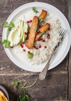 Gebakken tempeh met rijst en avocado, traditionele indonesische keuken.