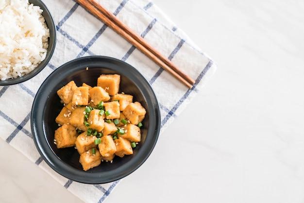 Gebakken tofu in een kom met sesam