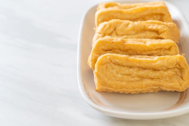 Gebakken tofu met saus. veganistisch en vegetarisch eten