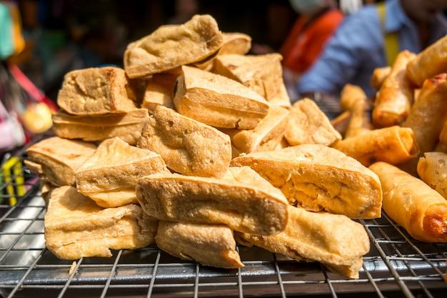 Gebakken tofu te koop bij een lokale markt in bangkok, thailand.