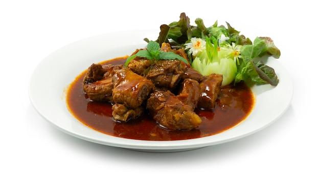Gebakken varkensribbetjes met saus chinees eten stijl versieren groenten zijaanzicht