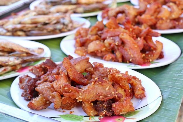 Gebakken varkensvlees bij straatvoedsel