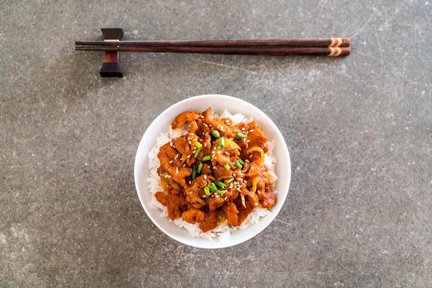 Gebakken varkensvlees met pittige koreaanse saus (bulgogi) op de bovenste rijst