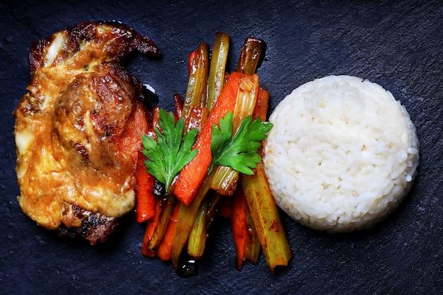 Gebakken varkensvlees met rijst en groenten