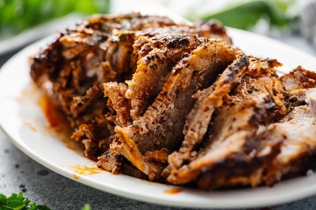 Gebakken varkensvlees met specerijen en kruiden